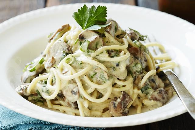 Cele mai rapide și delicioase spaghete cu smântână, piept de pui și ciuperci. În doar 30 de minute veți răsfăța burtica voastră cu paste demențiale