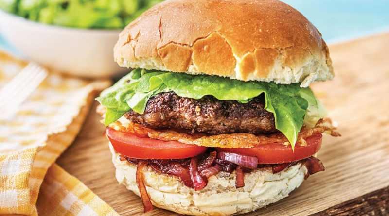 Burger classic. Rețeta unui burger pe care poți să-l faci ușor acasă în doar 30 de minute
