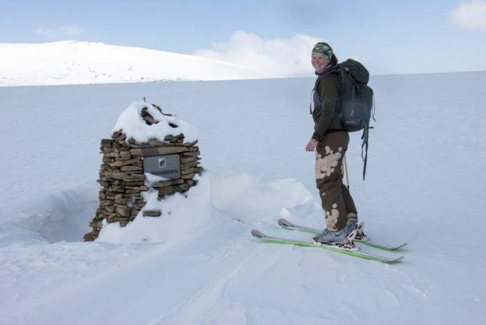 Pomník norské turistky, která byla umsrcena ledním medvědem jen cca 2km od Longyearbyenu
