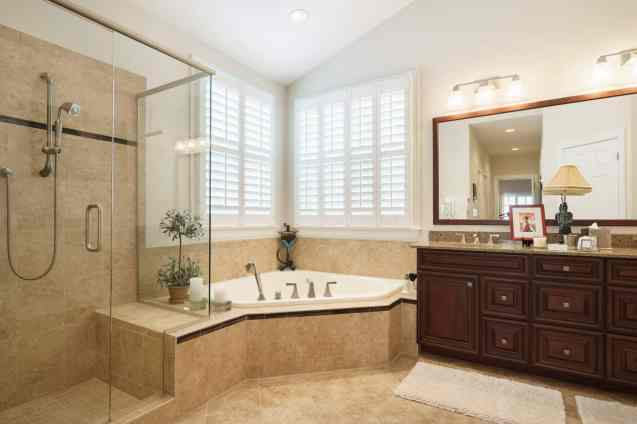 025_10410 Sablewood by MORE Real Estate Group Master Bathroom