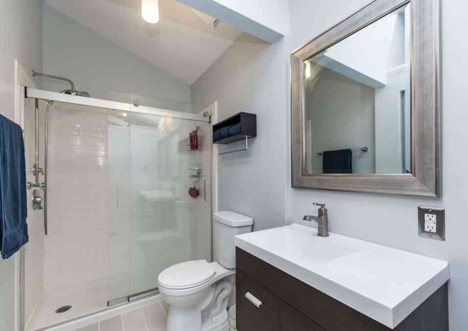 017_Presented by MORE Real Estate_Master Bathroom