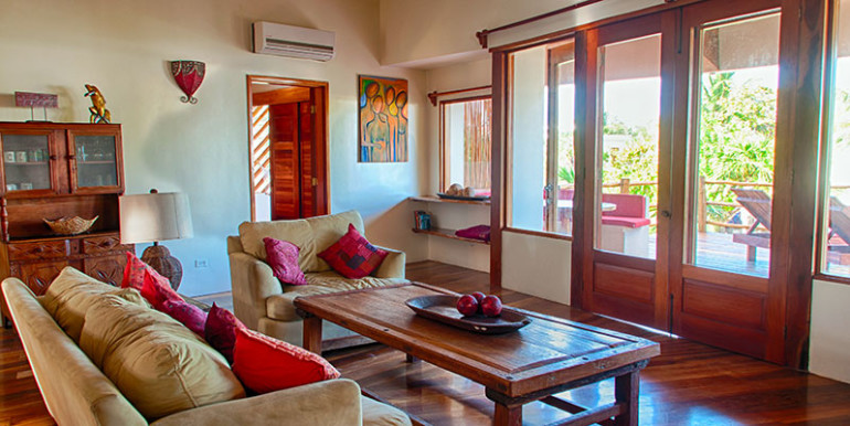 luxury-beachfront-villa-belize-livingroom-770x386
