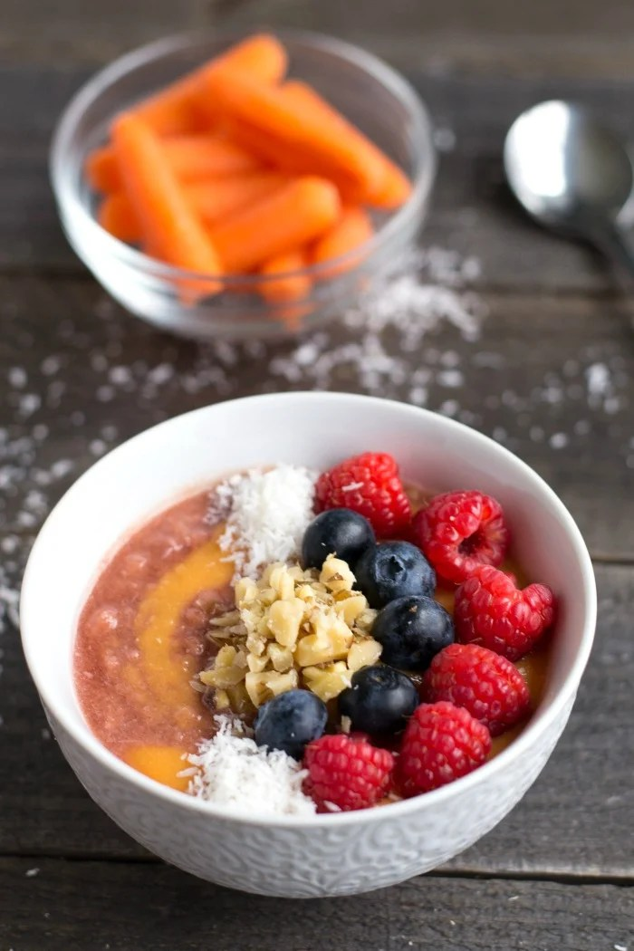 With this smoothie bowl hack, you'll get a healthy breakfast ready faster than ever, and there's no need to clean the blender. Simple and brilliant!