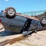 Carro capota na Barragem de União após colidir com motocicleta
