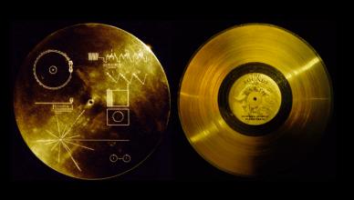 O disco dourado a bordo da Voyager 1, com gravações de sons e imagens de nossa civilização. (Créditos da imagem: NASA).