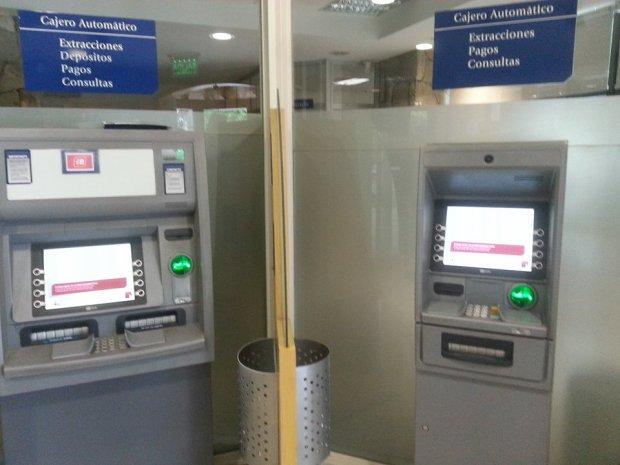 Tras una denuncia, efectivos policiales encuentran un clonador de tarjetas en el cajero del Banco Patagonia
