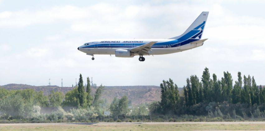 Llegó el primero vuelo a Neuquén y fue recibido por la ministra de Turismo Marisa Focarazzo