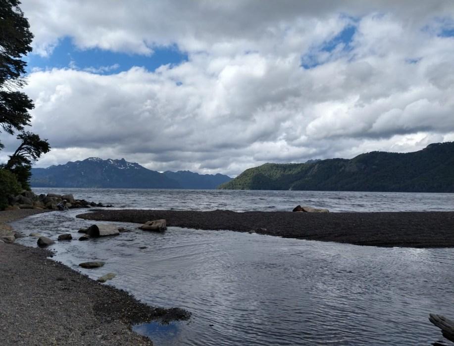 Lago Tromen, un descanso entre piedras volcánicas y la cordillera