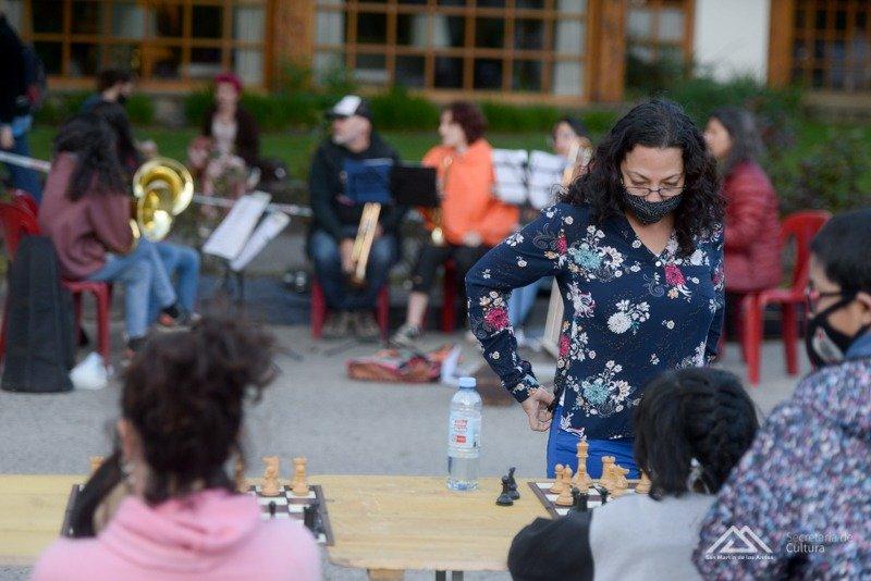Partidas de ajedrez y orquesta en vivo