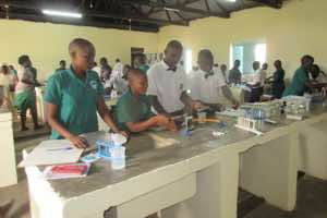 Students taking part in a practical chemistry classe in the laboratory