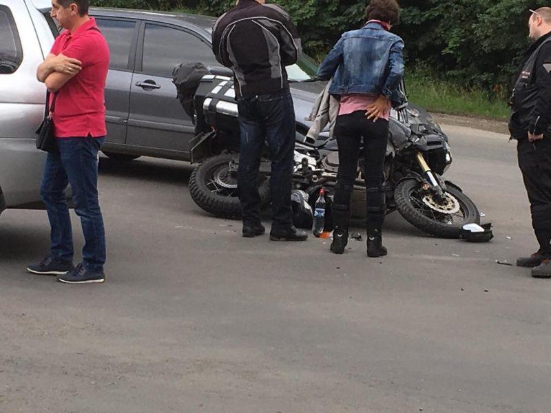 На Прикарпатті жінка-водій збила мотоцикліста, який рухався їй на зустріч