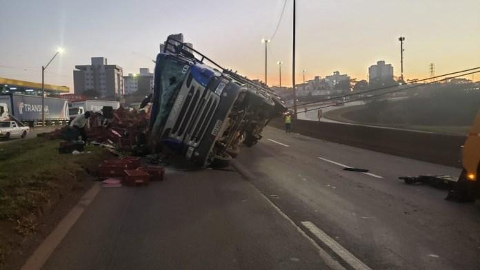 Caminhão carregado de bananas tombou na BR-381, em Betim, na madrugada desta quarta-feira (28). Foto: Vagner Tolendato