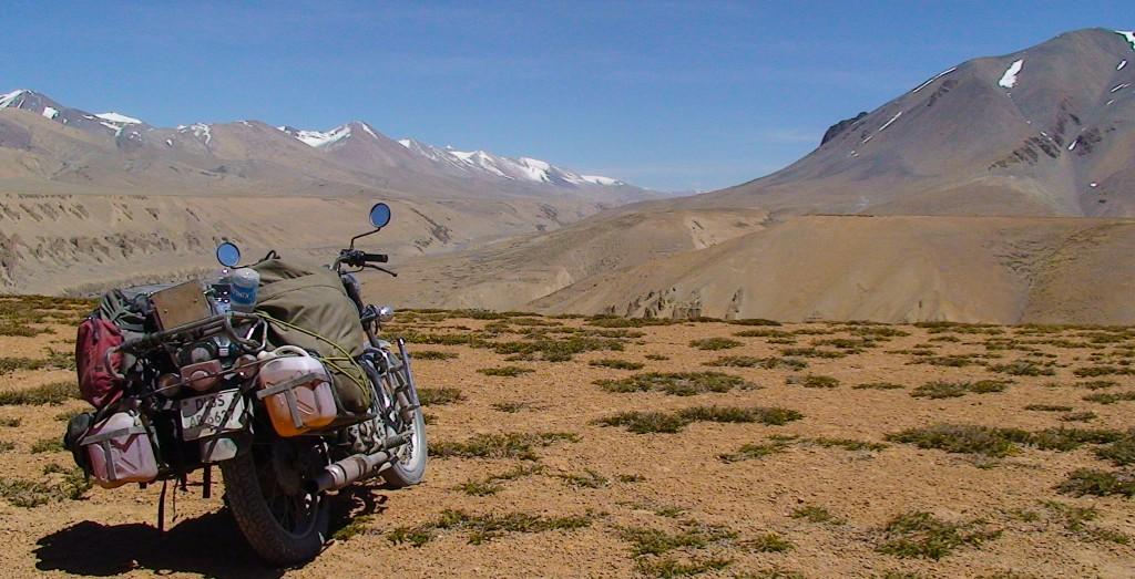 Motorrad vor einer tollen Himalaya-Gebirgskulisse