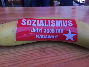 """Banane, fotografiert in Mecklenburg-Vorpommern, mit Aufkleber """"Sozialismus - jetzt auch mit Bananen!"""""""