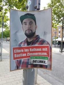 """Die Linke-Wahlplakat in Wolfsburg, mit Kandidaten-Foto und Aufschrift: """"Eltern ins Rathaus mit Bastian Zimmermann"""""""