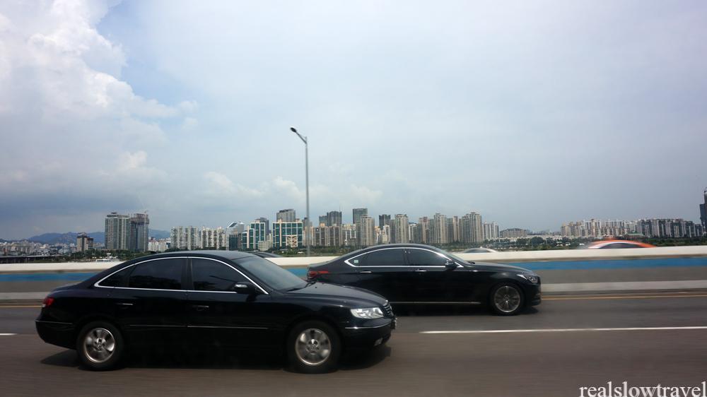 黒塗りの車と漢江、高速道路