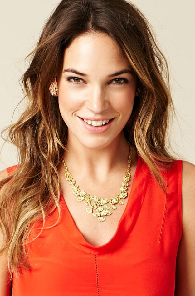 geneve_lace_bib_necklace_model_1