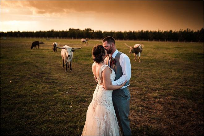 Современная свадьба на ранчо в синем и бордовом деревенском стиле в Lone Oak Longhorns с участием пятизвездочных свадебных фильмов и фотографий