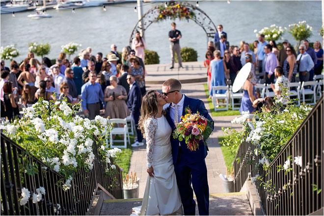 Фотография Лорен и Джеймса Колоритного Скотта у реки Сакраменто на свадьбе.