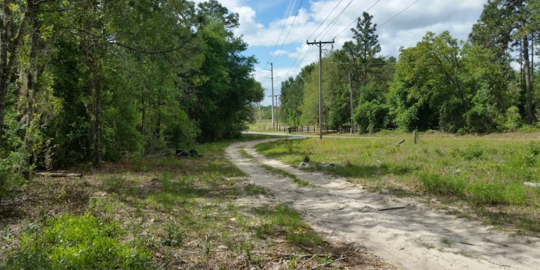E Cowpen lake road at dirt rd (Medium)