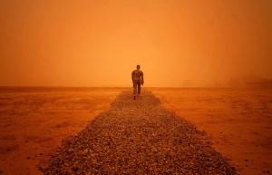 جندي في الرمال
