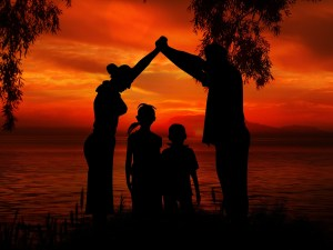 عائلة مع اطفالهم - تبني