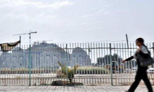 امرأة امام جامع صدام الكبير في بغداد