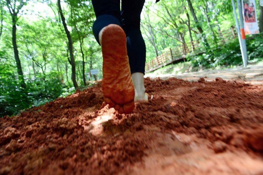 Barefoot-hiking-1030x685