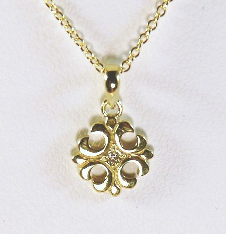18K yellow gold Petite Fleur de lis pendant with diamond