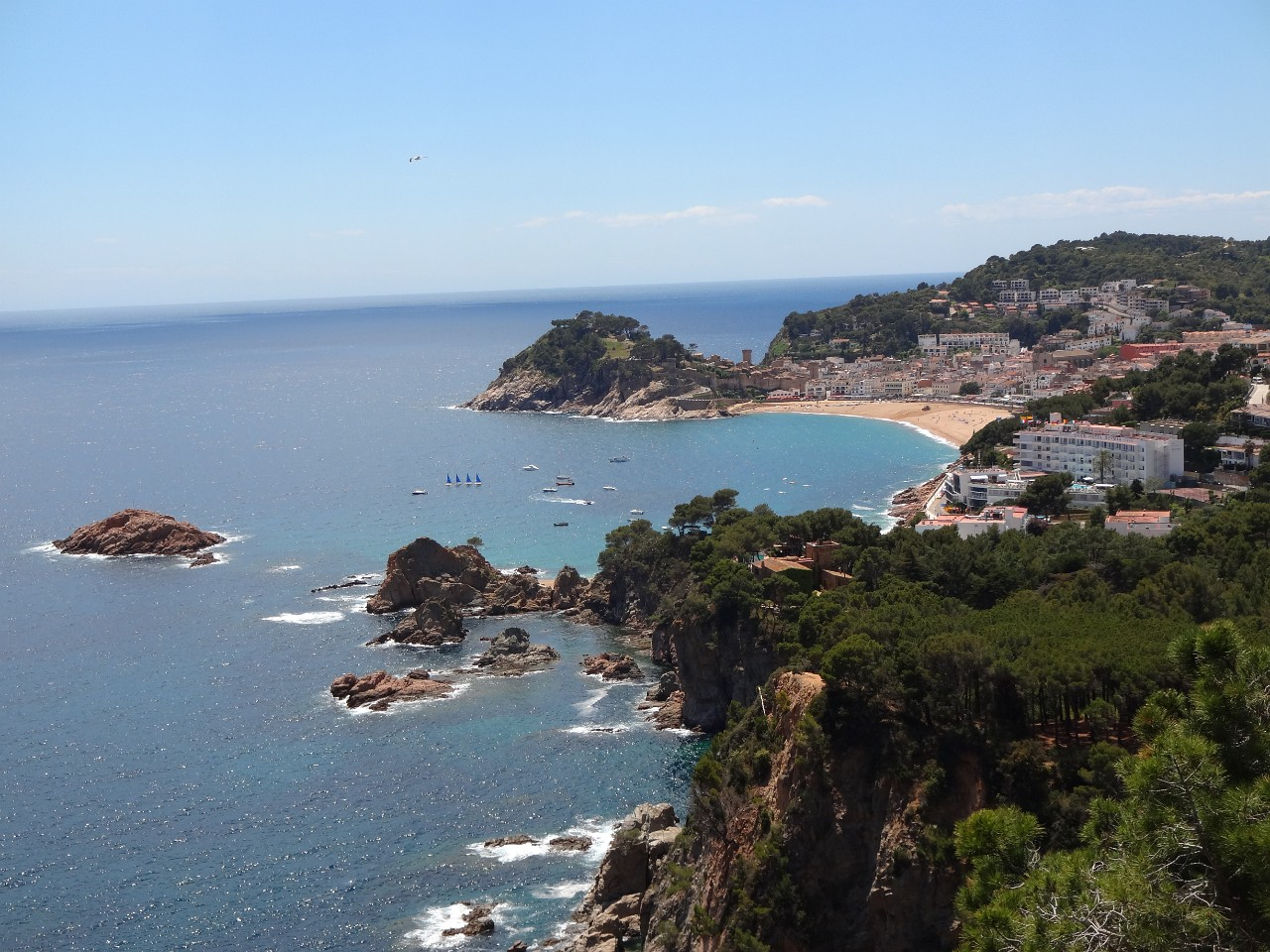Scenic stops on the coastal route between Tossa de Mar and San Feliu de Guixols