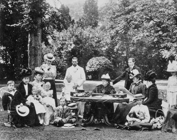 victoria-and-family-1898