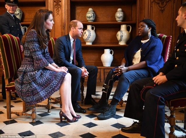 3E64FFBC00000578-4326466-Prince_William_and_Catherine_Duchess_of_Cambridge_visit_Les_Inva-a-77_1489839841921.jpg