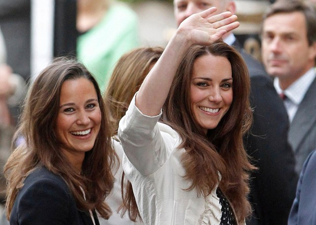 03-holding-pippa-and-kate-middleton-sister-moments.jpg