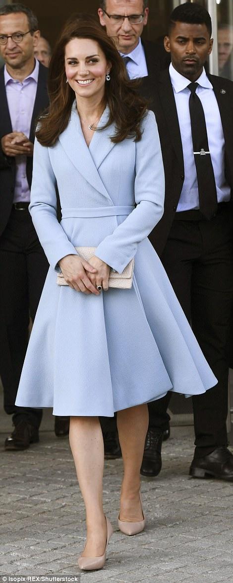 4032AB6B00000578-4495238-Best_foot_forward_The_Duchess_looked_elegant_in_a_full_skirted_c-a-74_1494511349110.jpg