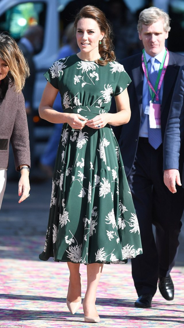 40AB589D00000578-4529508-Kate_chose_the_perfect_dress_for_the_occasion_green_with_a_class-a-57_1495471044377.jpg