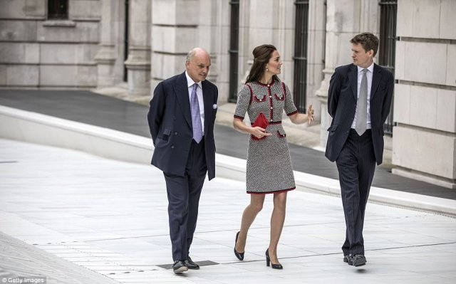 41E006DB00000578-4650392-The_Duchess_of_Cambridge_walks_in_the_newly_created_Sackler_cour-a-67_1498748202235.jpg