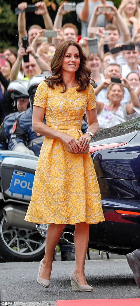 42830AA100000578-4713936-Kate_35_was_a_real_ray_of_sunshine_this_morning_as_she_arrived_i-a-97_1500569157613.jpg