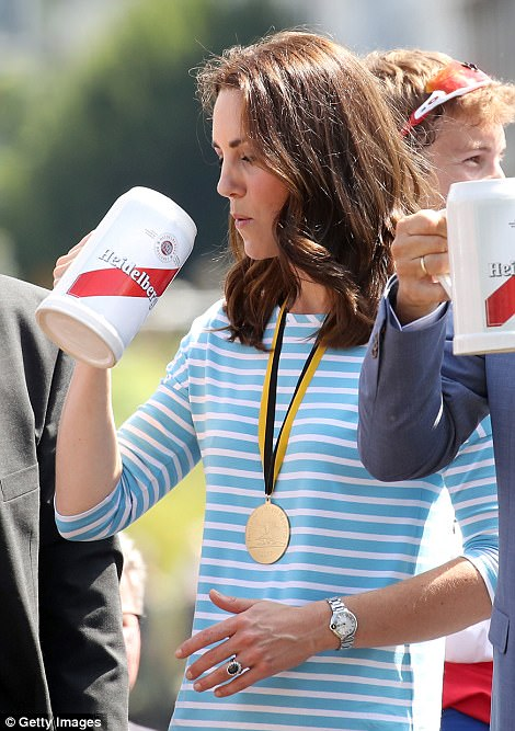 428402A100000578-4713936-Kate_enjoys_a_sip_of_beer_after_racing_against_Prince_William-a-52_1500569109251.jpg
