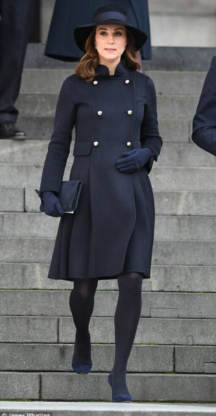 47537CC400000578-5178821-The_Duchess_of_Cambridge_could_be_seen_holding_her_pregnancy_bum-a-191_1513255816959