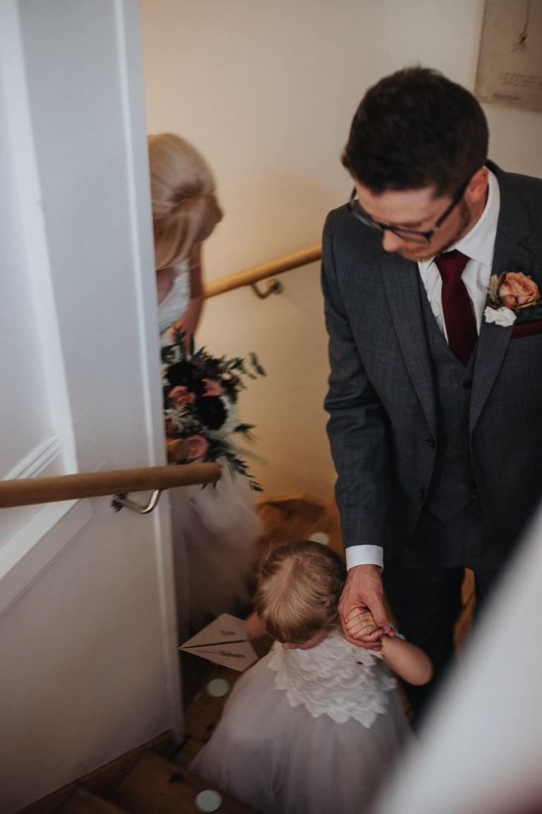 Där sedan två gbröllop 2019, bröllopbromma, bromma, bröllopsfotograf 2021, avslappnat brudpar, kanaans trädgårds cafélas med Crémant från Alsace väntade på dem att kunna skåla in sitt äktenskap med.