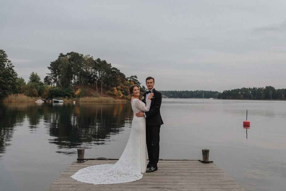 höstbröllop på djurö 2020, september i stockholms skärgård, brudpar på brygga