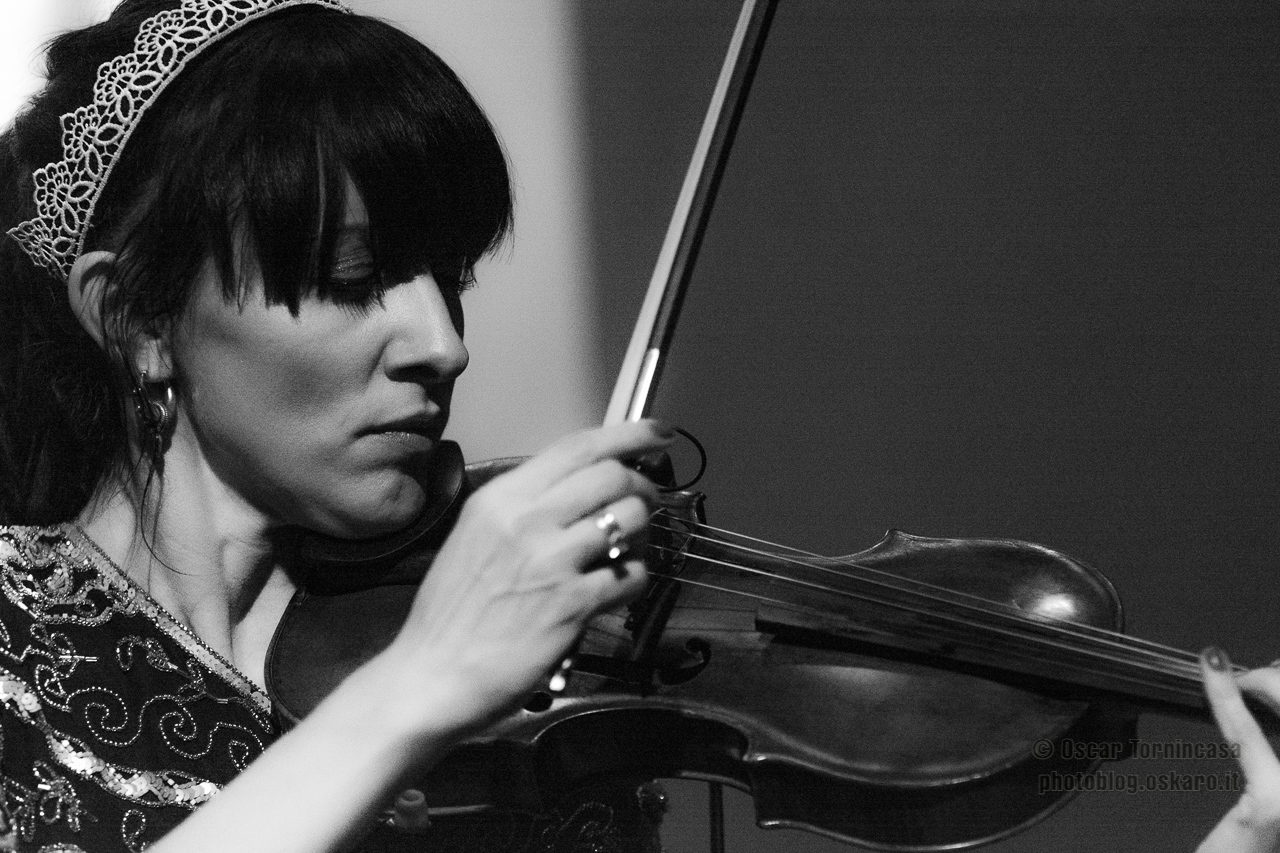 Anna Phoebe live in London: The violin vixen bewitches the October Gallery