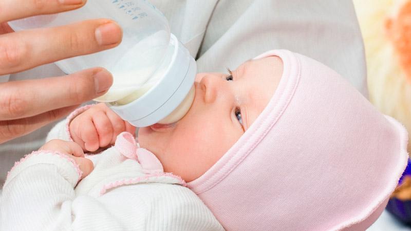 Сколько должно занимать кормление новорожденного