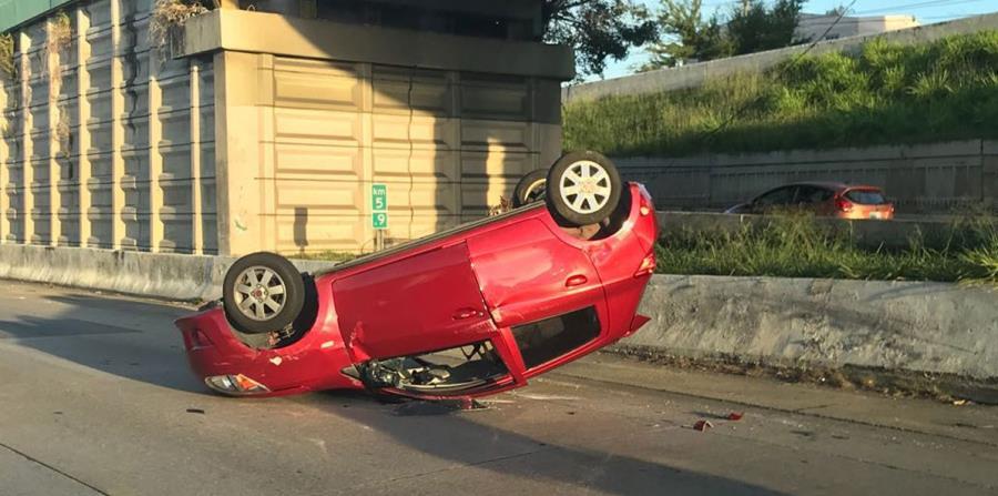 Imagen del vehículo volcado esta mañana en la avenida Jesús T. Piñero, en San Juan. (horizontal-x3)