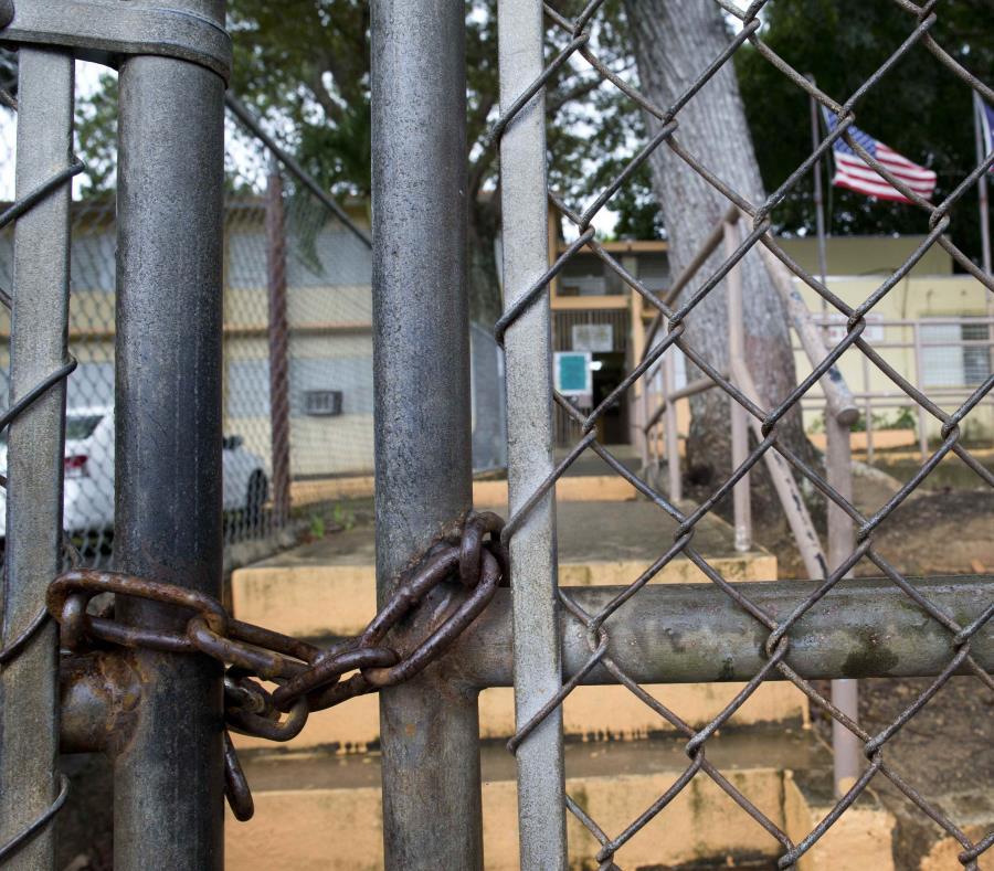 De acuerdo a la demanda sometida por el DE, un grupo de padres y estudiantes cerraron y bloquean el acceso a la escuela Pedro Soto en Salinas. (semisquare-x3)