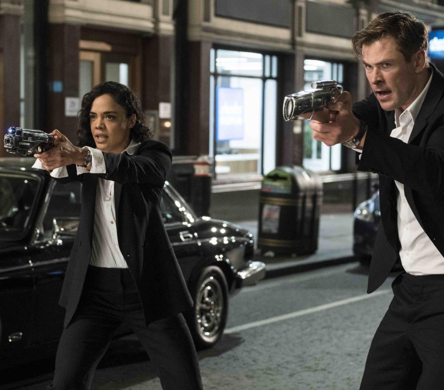 Tessa Thompson y Chris Hemsworth en una escena de la película