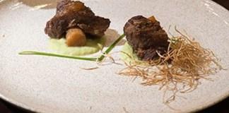 Receita de Cupim com osso de pupunha ao molho jus e purê de alho-poró