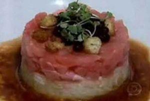 Tartare de atum com pepino crocante e tapioca de caviar