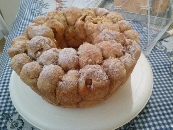 bolo de bola com goiabada, açúcar e canela