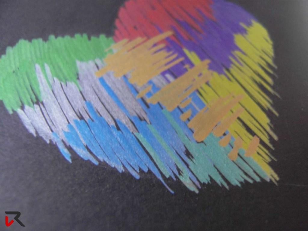 Pennarelli metallizzati su sfondo nero
